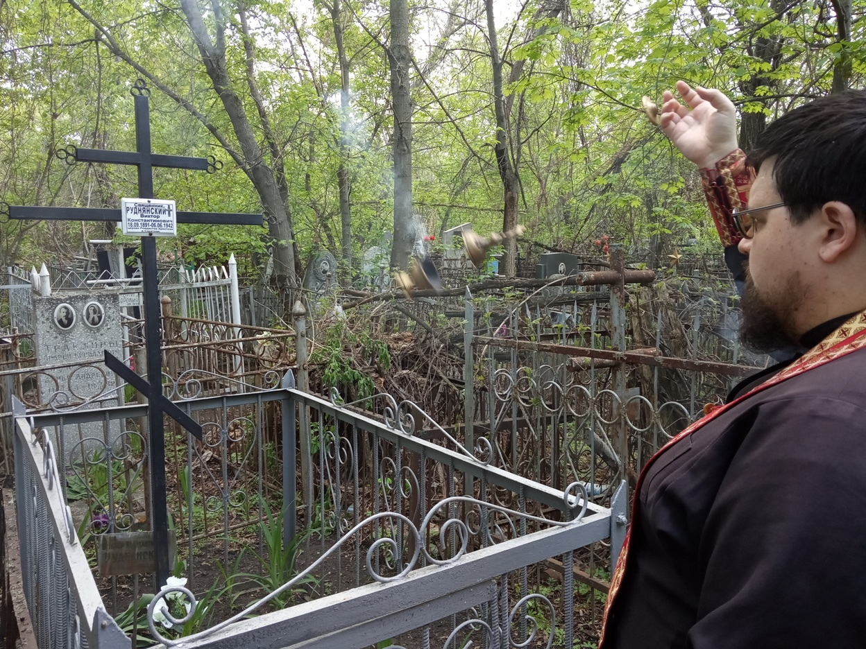Клирик храма совершил заупокойные богослужения на Воскресенском кладбище